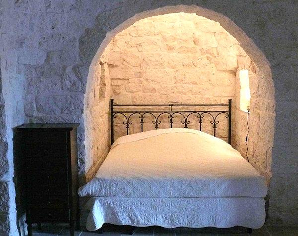 Кровать в альковной нише